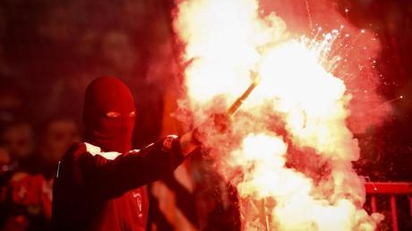 Fans von Eintracht Frankfurt brennen Feuerwerk beim Spiel gegen den FC St. Pauli ab.