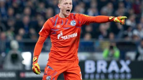 Rückt für Stammkeeper Nübel ins Schalker Tor: Keeper Markus Schubert gestikuliert.