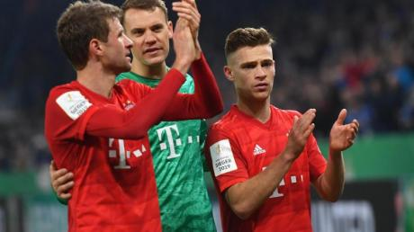 Thomas Müller, Manuel Neuer und Joshua Kimmich feiern den Bayern-Sieg auf Schalke.
