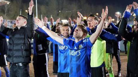 Die Spieler des 1. FC Saarbrücken feiern den sensationellen Halbfinal-Einzug im DFB-Pokal.
