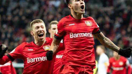Leverkusens Spieler feiern das Tor von Charles Aranguiz (l) zum 2:1 gegen Union Berlin.