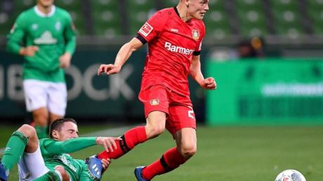 Der Leverkusener Florian Wirtz (r) wäre jüngster Spieler in einem DFB-Pokal-Finale.