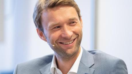 Bayer-Sportdirektor Simon Rolfes will mit Leverkusen regelmäßig um Titel mitspielen.