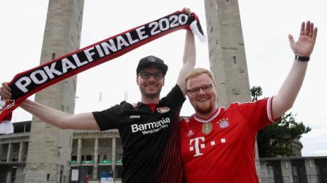 Ein Leverkusen- und ein Bayern-Fan verirrten sich vor dem Pokalfinale ans Olympiastadion.