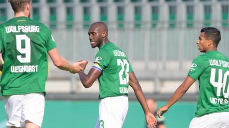 Wolfsburgs Josuha Guilavogui (M), Wout Weghorst (l) und Joao Victor bejubeln das Tor zum zwischenzeitlichen 2:1.