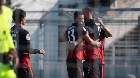 Eintrachts André Silva (2.v.r) wird für sein Führungstor gefeiert.