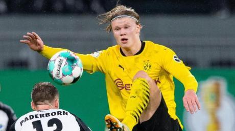 Dortmund trifft im Viertelfinale des DFB-Pokals auf Mönchengladbach. Alle Infos zu den Terminen, der Uhrzeit und dem Spielplan finden Sie hier. Im Bild: Dortmunds Erling Haaland (r) in Aktion.