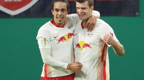 Leipzigs Stürmer Yussuf Poulsen (l) und Stürmer Alexander Sörloth feiern gemeinsam.