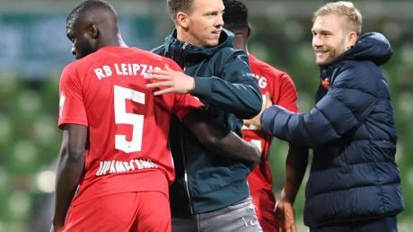 Leipzigs Trainer Julian Nagelsmann (M) freut sich nach dem Spiel mit seinem Team über den Finaleinzug.