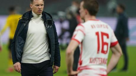 Leipzigs Trainer Julian Nagelsmann und Abwehrspieler Lukas Klostermann (r) nach dem Spiel.