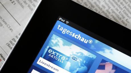 Die «Tagesschau»-App der ARD ist auf einem iPad zu sehen. Acht Zeitungsverlage ziehen gegen die «Tagesschau»-App der ARD vor Gericht.