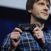 PlayStation 5, Enthüllung: Live-Stream und Uhrzeit der PS5-Präsentation. System-Archtekt Mark Cerny gehört zu den Entwicklern der neuen Konsole. Auf dem Bild ist er noch mit einer Vorgänger-Version zu sehen.