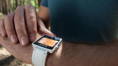 Mit einer solchen Smartwatch könnten die Läufer ihre Kilometer beim virtuellen Landkreislauf zählen.