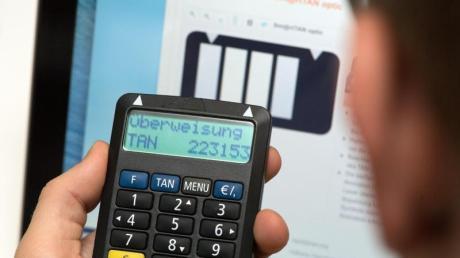 Beim SmartTAN-Verfahren braucht man zusätzlich zum Passwort für den Online-Banking-Zugang noch die Bankkarte und den TAN-Generator. Diese Methode gilt als sehr sicher. Foto: Andrea Warnecke