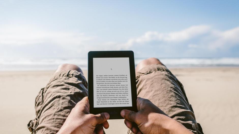 Perfekt für den Urlaub: Ein eBook-Reader, auf dem sämtliche Lieblingsbücher für den Strand gespeichert sind. Bild: Amazon