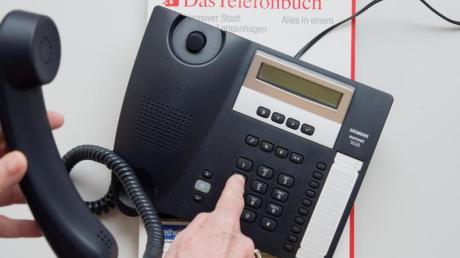 Vor dem Internet-Zeitalter half nicht nur das Telefonbuch, sondern auch die Auskunft, Telefonnummern zu finden. Noch immer rufen bis 12.000 Menschen täglich bei 11880 an.