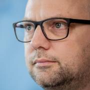 Hamburgs Justizsenator Till Steffen will die Gerichte mit Hilfe des Internets entlasten. Foto: Christoph Soeder