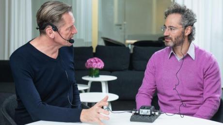 Springer-Konzernchef Mathias Döpfner (l.) spricht mit dem Mitgründer und Chef der Datenanalyse-Firma Palantir, Alexander Karp. Foto: Charles Yunck/Axel Springer