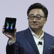 Dong-Jin Koh, Chef von Samsungs Mobilfunksparte, präsentiert in San Francisco das neue Klapp-Smartphone Galaxy Fold. Foto: Eric Risberg/AP