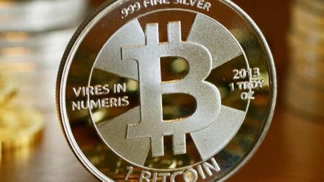 Wer Bitcoins hält, kann sich freuen: Der Kurs der Kryptowährung ist nach oben geschnellt. Foto: Jens Kalaene/ZB