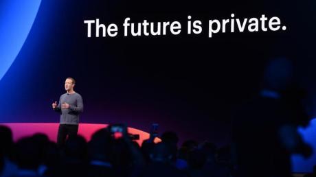 """Facebook-Chef Mark Zuckerberg auf der Entwicklerkonferenz F8 in San Jose. Hinter ihm der der Slogan: """"The future is private"""", zu Deutsch, """"Die Zukunft ist privat."""""""