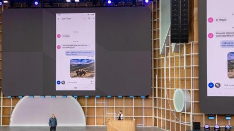 Google-Manager Scott Huffman erklärt die Funktionsweise der neuen Sprachassistenzsoftware Assistant, die direkt auf den Smartphones läuft, statt Daten in die Cloud schicken zu müssen.