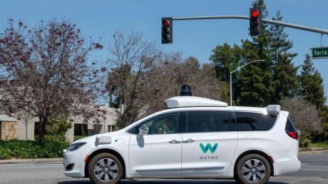 Ein Roboterwagen der Google-Schwesterfirma Waymo ist im Straßenverkehr unterwegs.