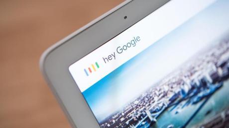 Beim Google Nest Hub können die Antworten des Google Assistant zusammen mit den Inhalten auf dem Bildschirm personalisiert werden: mit Hilfe der Stimmerkennungsfunktion VoiceMatch. Foto: Arne Immanuel Bänsch/dpa-tmn
