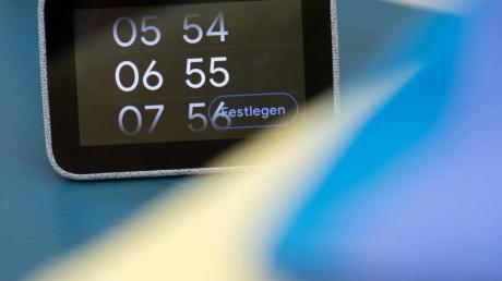 Lenovos Smart Clock ist neben all ihren anderen Fähigkeiten tatsächlich auch ein simpler Wecker. Hier wird gerade die Weckzeit eingestellt. Foto: Andrea Warnecke/dpa-tmn