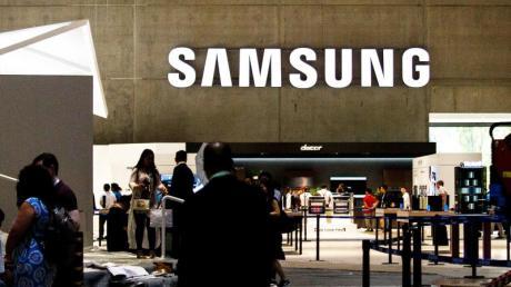 Ein Samsung-Stand auf der Elektronikmesse IFA 2018. Samsungs Galaxy S10 5G kann nun mit dem superschnellen Mobilfunkstandard in Deutschland genutzt werden. Foto: Carsten Koall