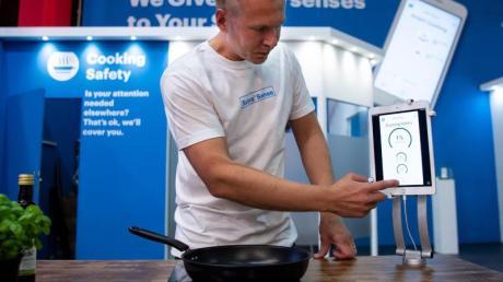 Mikko Reinikainen, CEO der finnischen Firma Safera, bedient auf der IFA einen «Smart Cooking Sensor».