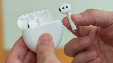 Die neuen drahtlosen Huawei-Ohrhörer FreeBuds 3 lehnen sich äußerlich stark an die populären AirPods von Apple an.