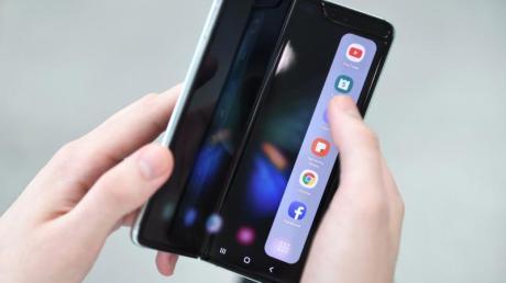 App Continuity: Klappt man das Galaxy Fold auf oder zu, wandern die Apps automatisch auf das richtige Display.
