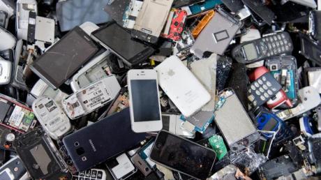 Für Rohstoffhändler sind auch nicht mehr funktionierende Handys und Smartphones wertvoll. Foto: Julian Stratenschulte