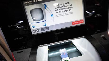 «EcoATM» in einer MediaMarkt-Filiale: In einem Pilotprojekt wird der Automat zum Ankauf alter Handys getestet. Der Wert des Handys wird in einer Geschenkkarte ausgezahlt.