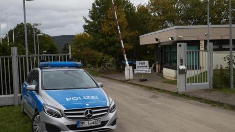Polizeibeamte sichern das Gelände eines ehemaligen Bundeswehr-Bunkers. Dort wurde ein Rechenzentrum für illegale Geschäfte im Darknet ausgehoben. Foto: Thomas Frey