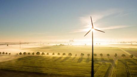 Strom aus C02-neutralen Quellen wie Windenergie hilft dem Klima. Grüne Diensteanbieter, die solche Energie einkaufen, erkennt man etwa am Ökostrom-Label «Grüner Strom» oder «ok-Power». Foto: Julian Stratenschulte/dpa