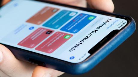 In der Kurzbefehle-App können Nutzer der neuesten iPhone-Modelle festlegen, dass ihr Smartphone beim Kontakt mit einem NFC-Tag eine bestimmte Funktion ausführt. Foto: Franziska Gabbert/dpa-tmn