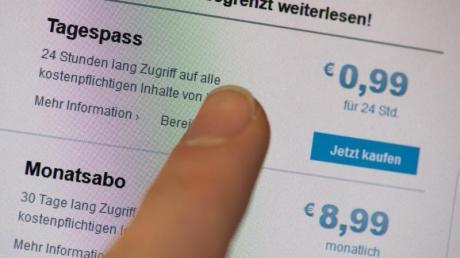 Immer öfter führen Zeitungen in ihren Applikationen oder im Internet Bezahlschranken ein. Foto: Lukas Schulze/dpa