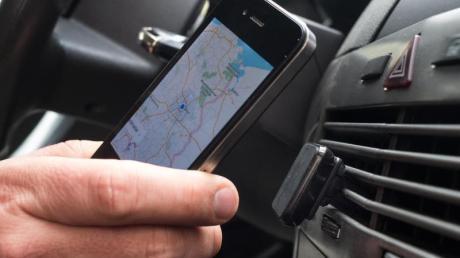 Das Handy als Navi: Besitzer eines älteren iPhones oder iPads sollten unbedingt deren Betriebssystem aktualisieren - sonst drohen Probleme bei der Verwendung von GPS-Ortungssignalen. Foto: Franziska Gabbert/dpa-tmn