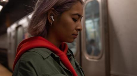 Die Geräuschunterdrückung der Airpods Pro sorgt etwa für ungestörten Musikgenuss in der Bahn. Sie können aber am Telefon schnell auf «durchlässig» gestellt werden, wenn man mehr von der Umgebung mitbekommen will oder muss. Foto: Apple/dpa-tmn