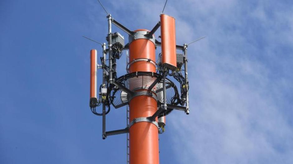 Ein Sendemast mit verschiedenen Antennen für den Mobilfunk. Foto: Stefan Sauer/zb/dpa