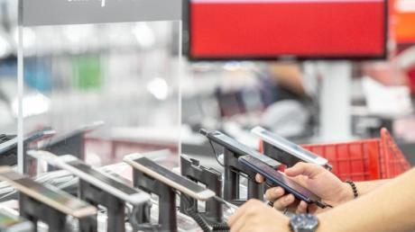 Die im Handel angebotenen Smartphone-Modelle können mitunter einige Sicherheitslücken aufweisen. Doch laut einem Urteil sind Elektronikmärkte nicht verpflichtet, darüber zu informieren.