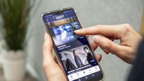 Filme und Sendungen in der ARD-Mediathek-App lassen sich lokal auf dem Smartphone speichern - so kann man sie unterwegs anschauen, ohne Datenvolumen zu verbrauchen. Foto: Robert Günther/dpa-tmn