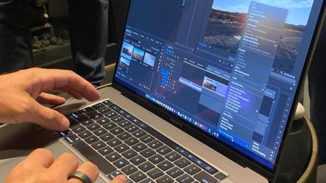 Die von Nutzern der Vorgängermodelle kritisierte Butterfly-Tastatur wurde beim neuen MacBook Pro durch eine neu konstruierte Variante ersetzt. Foto: Christoph Dernbach/dpa-tmn