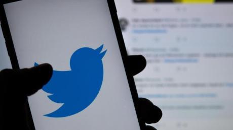 Das Logo des sozialen Netzwerks Twitter ist auf dem Display eines Smartphones zu sehen.