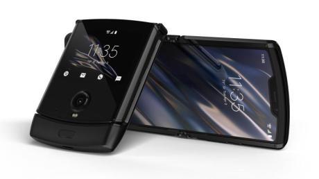 Die faltbare Neuauflage des vor 15 Jahren populären Modells Motorola Razr ist im Grunde ein Smartphone im heute üblichen Format, das sich auf die halbe Größe zusammenklappen lässt.