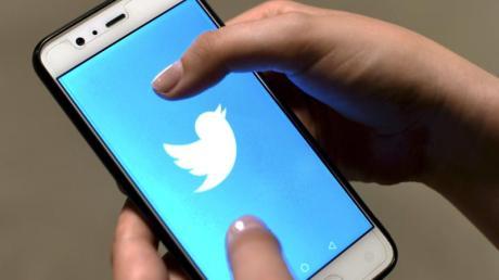 Die Twitter-App auf dem Bildschirm eines Smartphones. Foto: Martti Kainulainen/Lehtikuva/dpa