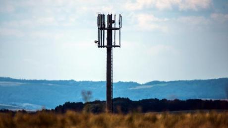 Ein Mobilfunkmast auf einer Anhöhe in Rheinland-Pfalz. Foto: Andreas Arnold/dpa