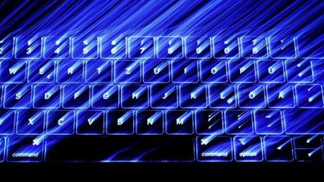 Die beleuchtete Tastatur eines Macbooks. Laut Merkel soll ein Online-Zugangsgesetz jedem Bürger eine digitale Identität geben.
